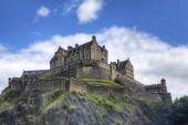 Una vista di Castello di Edimburgo in Scozia alta sulla collina