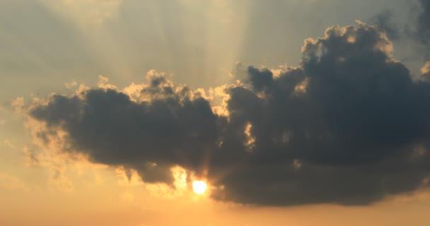 Jasně oranžové obloze slunce a paprsky
