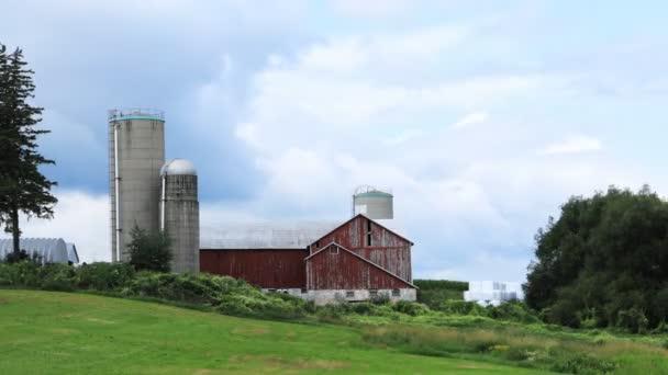 Včasný pohled na krajinu se stodolou na krásný den 4K