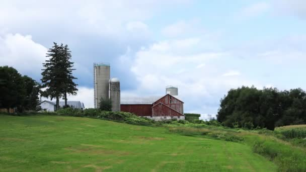 Včas venkovské scény se stodolou na krásný den 4K
