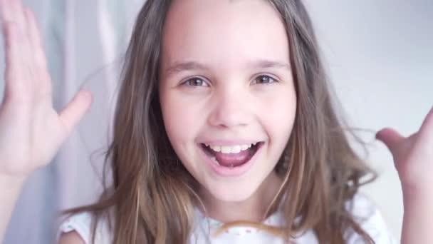Nettes kleines Mädchen mit geschlossenem Atem macht einen Wunsch, der ihr die Augen öffnet. Das Mädchen sieht überrascht und glücklich aus, eine Überraschung zu erhalten. Porträt eines kleinen Mädchens mit großen Augen, das in die Kamera blickt. Nahaufnahme
