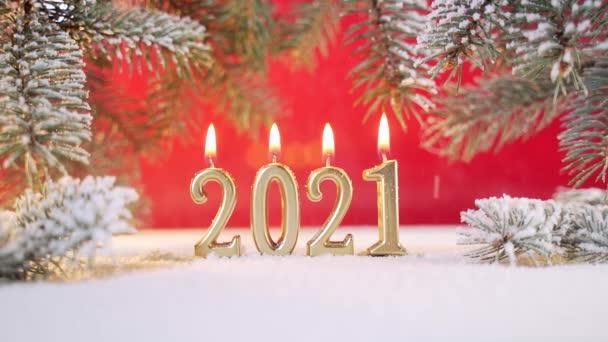 Közelről. Újévi dátum arany gyertyák égnek 2021
