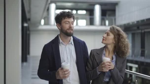 Két boldog kolléga beszélget és dolgozik együtt a munkahelyen, emberek nélkül. a következő projekt megvitatása, csapatmunka