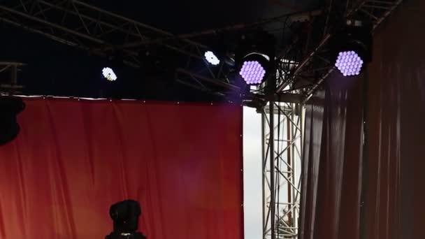 blikající neonová světla na tanečním parketu