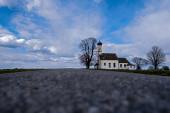 Fotografie Weg in den Himmel, vorbei an der St.-Johann-Kapelle in Raistin in Bayern