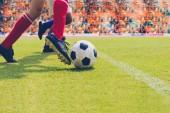 fotbal nebo fotbal hráč s míčem na hřišti pro Kick fotbalový míč na fotbalový stadión, měkké zaostření