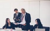 Podnikatelé a skupiny pomocí poznámkového bloku pro partnery, dokumenty a nápady v jednání a podnikání, které jsou závažné pro práci