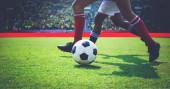 Fényképek foci, vagy focisták fut labdát a pályán rúgni a futball-labda a labdarúgó-stadion