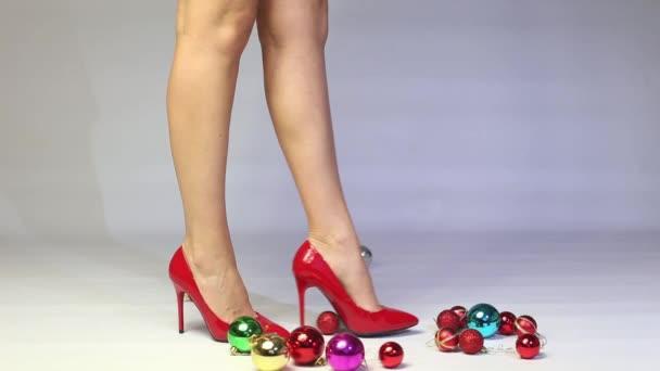 De Hauts Rouge Décoration Boules Noël Sapin Dans Joue Chaussures Femme Des Les Talons À Avec La Ygfb6v7y