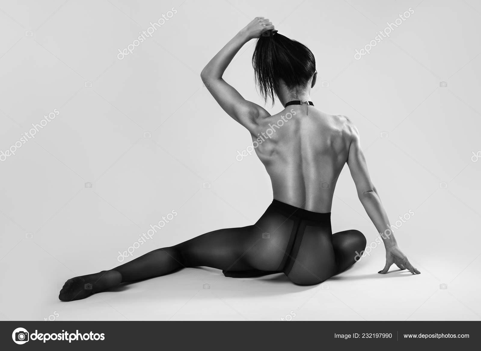 51d13fc0bd8 아름 다운 섹시 한 피트 니스 다시 회색 배경에 팬티 스타킹에 누드 포즈를 취하는 완벽 한 스포츠를 가진 여자. 스포츠 피트 니스 및  건강 문제.