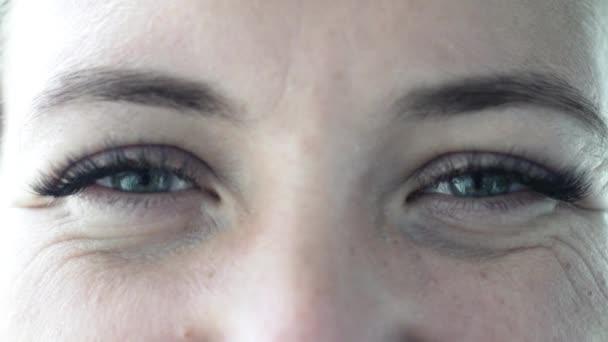 Frauenblick. Augen, Augenbrauen, Wimpern. Nahaufnahme. Makrofotografie. Zeitlupe