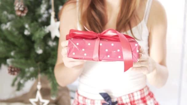 Dívka vydrží krásně balené vánoční dárek