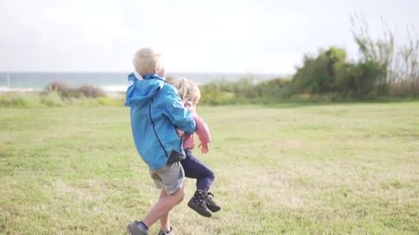 A fiú spinning egy kislány.