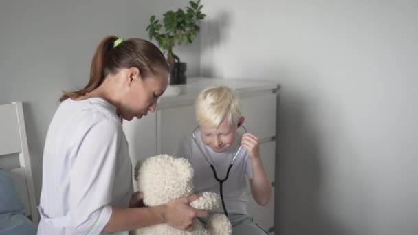 Arzt untersucht krankes Kind im Krankenhaus