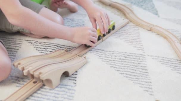 Detailní záběr ruky dítěte, které si hraje v dětské dráze