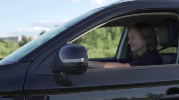 Schöne Frau mietet sich mit Auto aufs Feld zurück