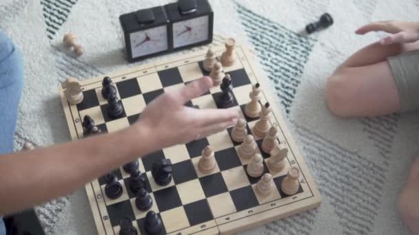 Potřesení rukou nad šachovnicí