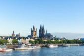hohe gotische Gebäude und Hafen von Koln