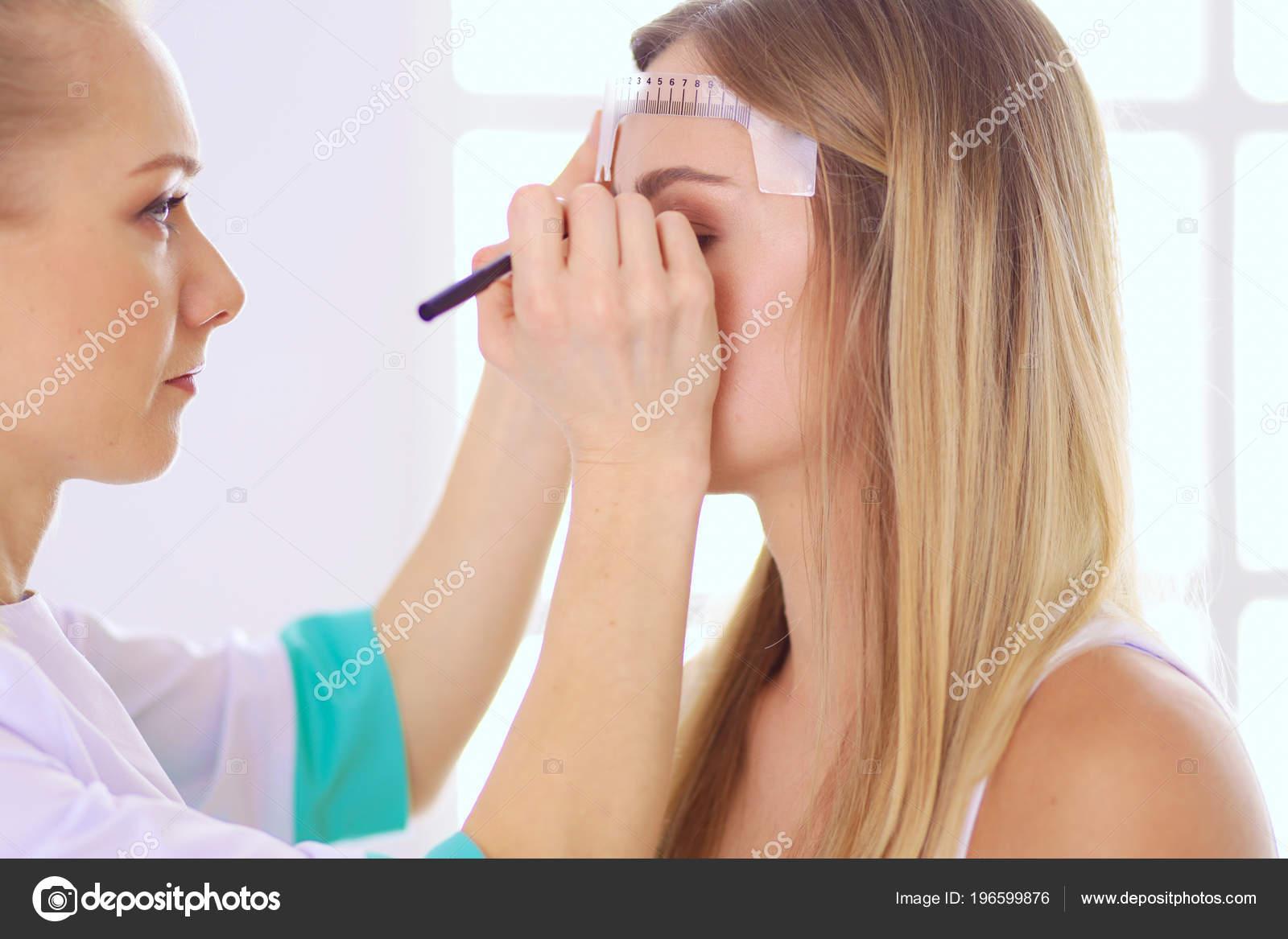 Maquillage Permanent Pour Les Sourcils Gros Plan D Une Belle Femme