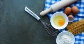 Fotografie Těsto příprava Recept domácí chléb, pizzu nebo koláč ingredience, potraviny ploché ležela na pozadí stolu kuchyně