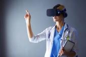 Lékařka, virtuální realita brýle izolovaných na bílém pozadí.