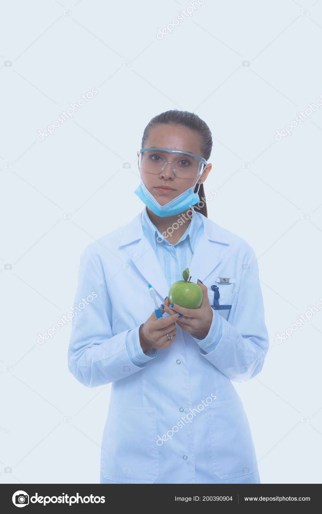 Dentista médico mujer mantenga verde manzana fresca en la mano y el diente  de cepillo. Médicos dentistas. Médicos de la mujer — Foto de Lenets Tatsiana 8b8ce777e9d7