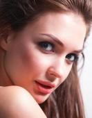 zblízka portrétní tvář krásná mladá žena. izolované na bílém pozadí