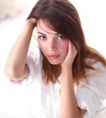 arca szép, fiatal nő portréja. elszigetelt fehér background.