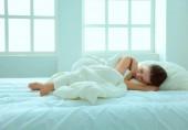 Mladá žena cítit bolest v posteli