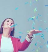 Fotografie Krásná šťastná žena na moje oslava s konfety. Narozeniny nebo nový rok eve oslavuje koncept