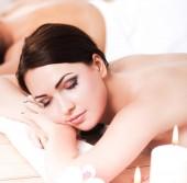Fotografia Due belle donne che ottiene massaggio in stazione termale