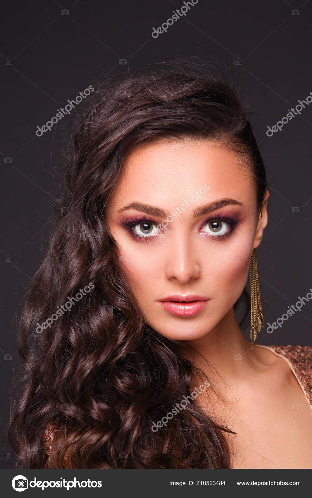 Schone Junge Frau Abendkleid Auf Schwarzem Hintergrund Stockfoto C Lenets Tatsiana 210523484