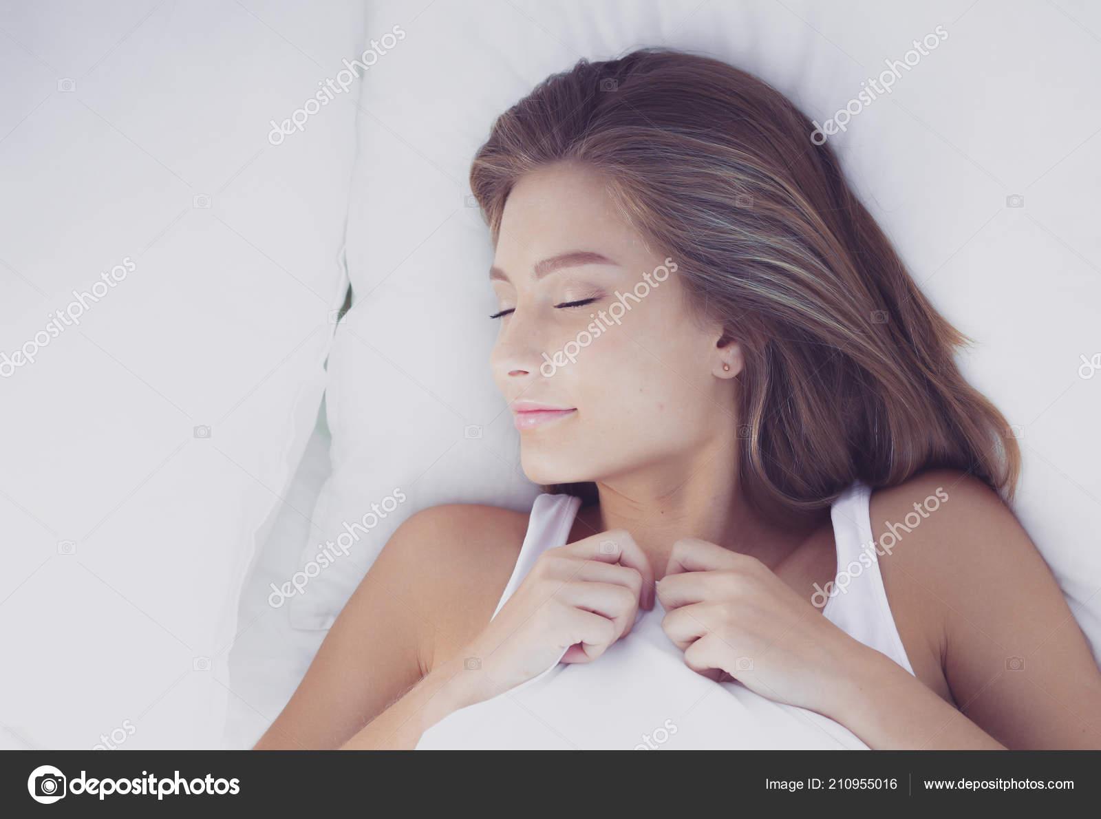 Femme Au Reveil jeune femme et réveil dans la chambre à la maison de couchage. jeune