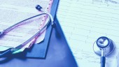 Zdravotní stetoskop na elektrokardiogramu na stole