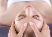 Mladá žena ležela na masážním stole a odpočívala se zavřenýma očima. Žena. Lázeňský salon
