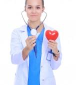 Pozitív női orvos sztetoszkóp és piros szív szimbólum izolált állva. Doktor nő