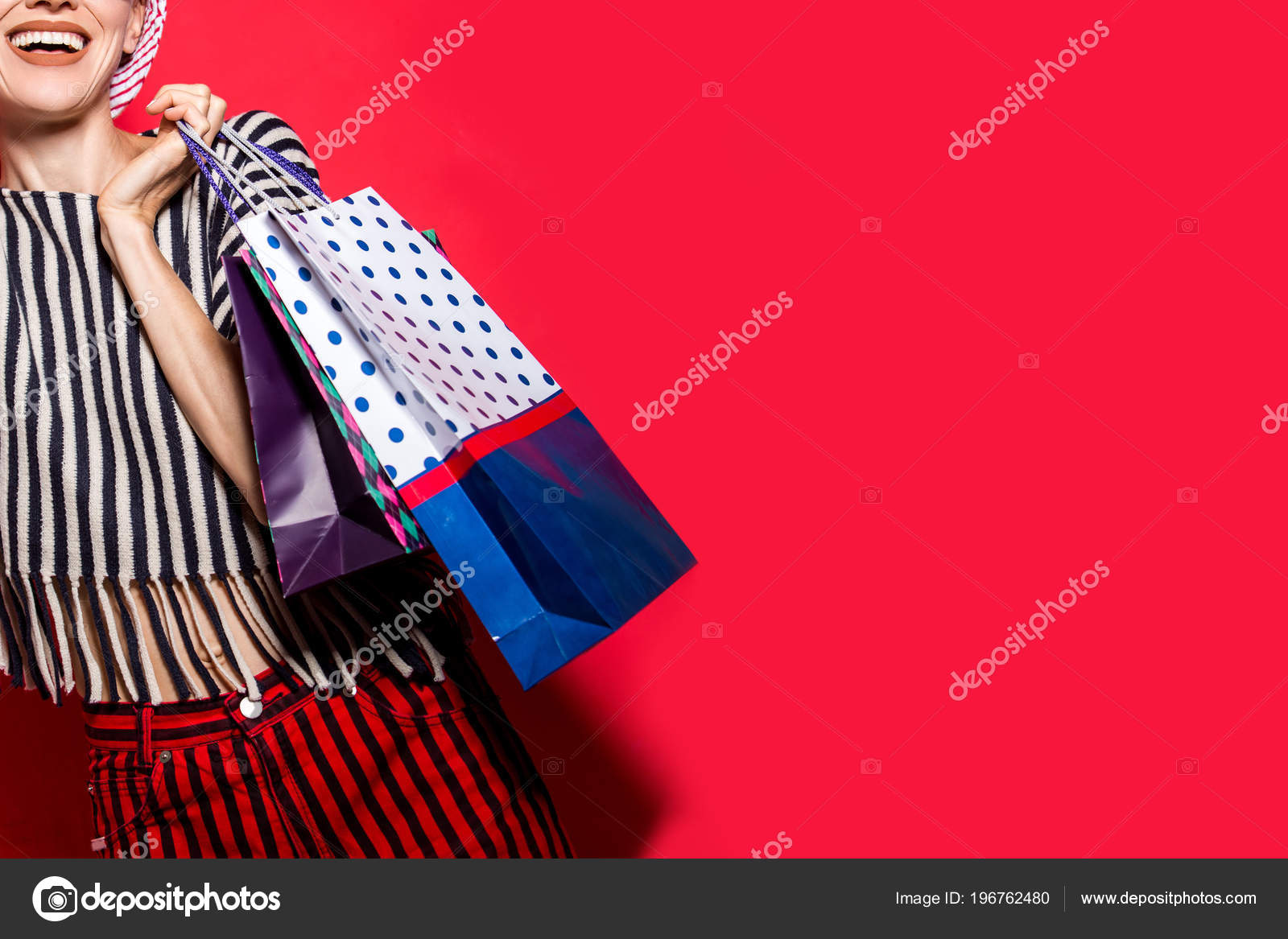 Feliz mulher compra com sacolas de compras sobre fundo vermelho brilhante  com chapéu e óculos de sol — Foto de HappyCity 7a9fcc70c80