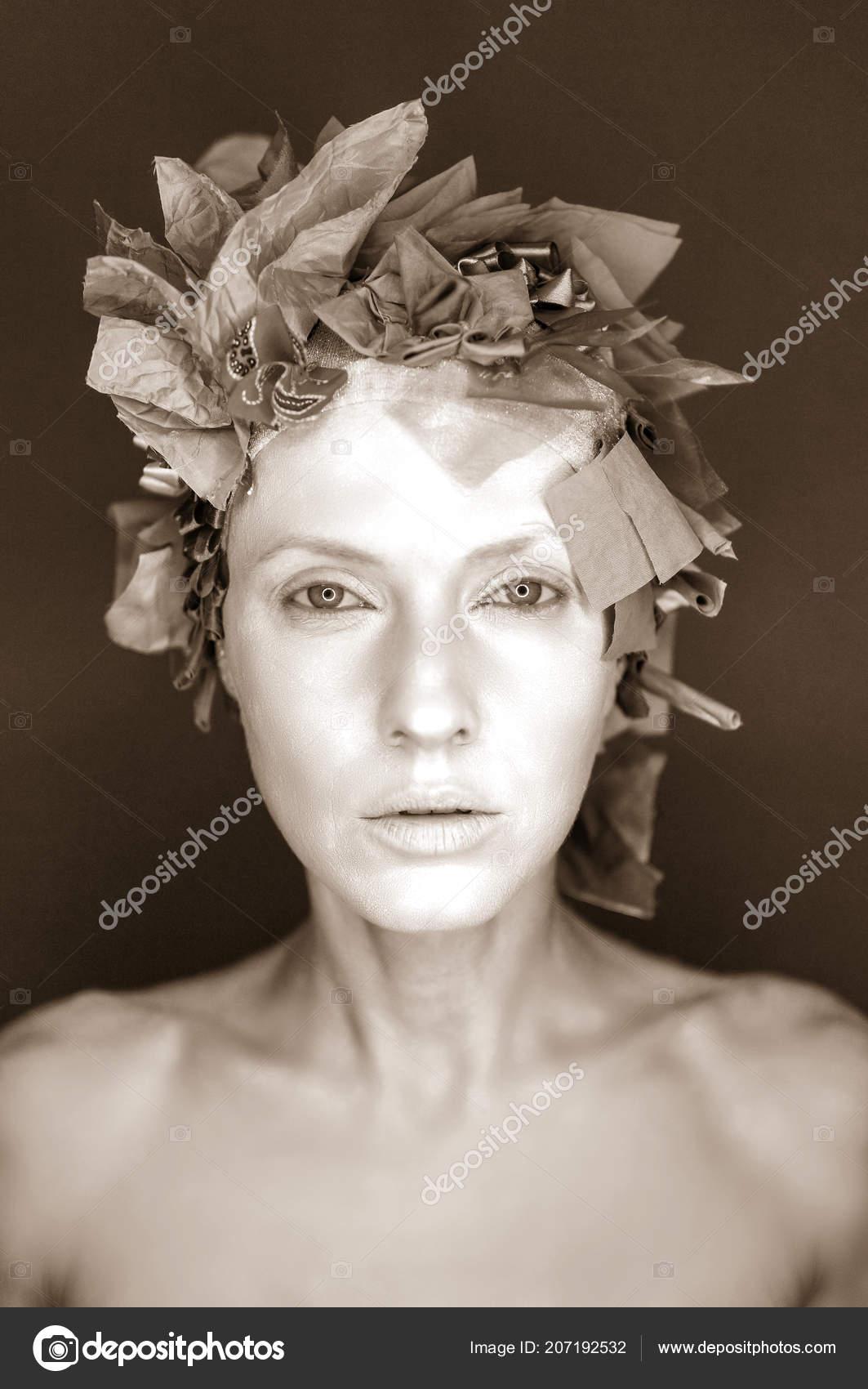 Cara Mujer Blanca Con Sombrero Adornado Con Cintas Seda Sepia — Foto ... e06cc21a5e1