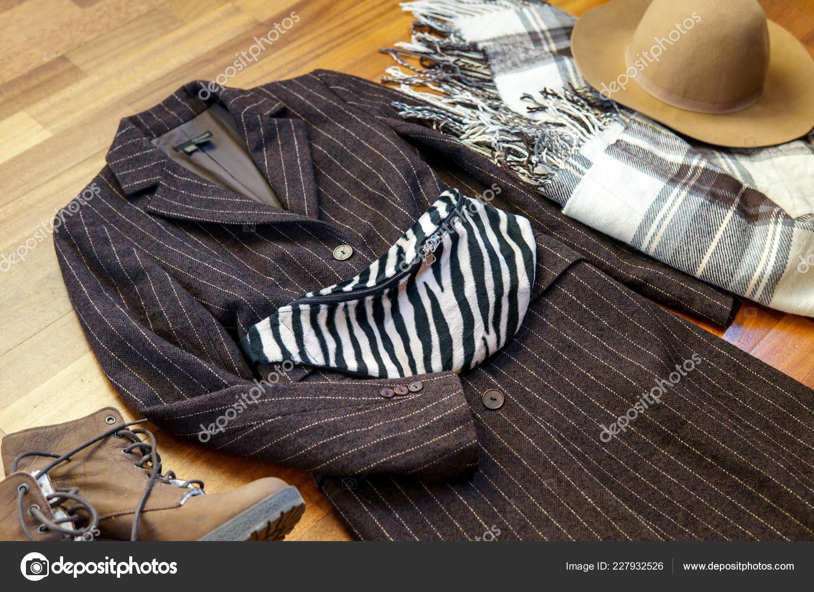 5d233e42cbf Φθινοπωρινή Μόδα Ντύσιμο Μάλλινα Παλτό Καπέλο Ζώνη Τσάντα Κασκόλ Και — Φωτογραφία  Αρχείου