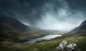 Místo, mýtů a legend. Divoké počasí a terén udělat pro dobré dobrodružství. Krajině hor a jezer. Foto složené.