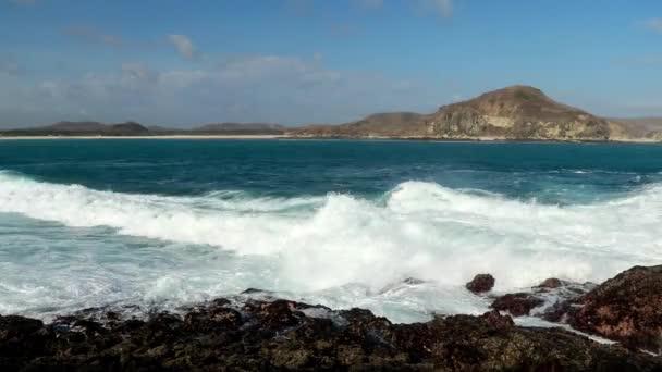 vlna se přesouvá na pláž a dopadá na kámen a bílý písek. Koh Samed, Thajsko