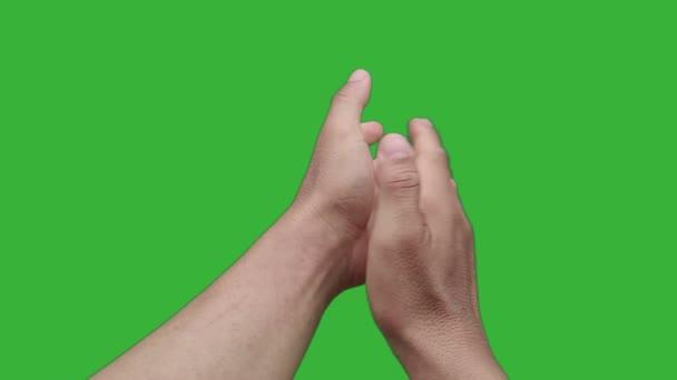 záběry v reálném čase close-up ruku asijského muže tleskání izolované na chroma klíč zelené obrazovce pozadí.