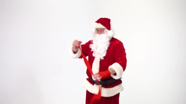 Vánoce. Santa Claus na bílém pozadí navinuje červené obvazy pro bokasu a kickbox. Obraz bojovníka..
