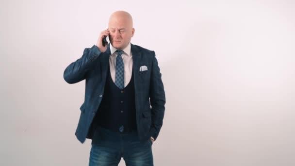 Dospělý muž mluví po telefonu a není spokojen se ztrátou.