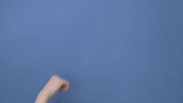 Kavkazská žena mi gestikulovala. na modrém pozadí