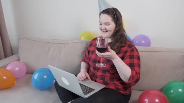 Boldog szülinapot online. Egy pohár vörösbor a kezemben. Plusz méret modell.