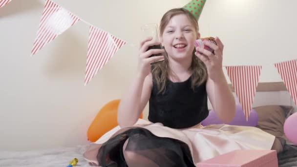 A lány kezében egy sütit és üdítőt tart. Egy dolgot javasol..