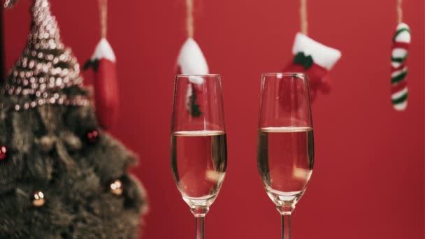 Pár zamilovaný pít šampaňské spolu na Štědrý večer, cinknout sklenice.