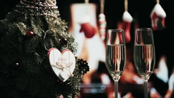 Romantická, vánoční večeře. Zblízka dvě sklenice šampaňského s bublinkami.