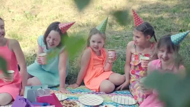 Holky v parku pijou limonádu a slaví narozeniny. Video 4K